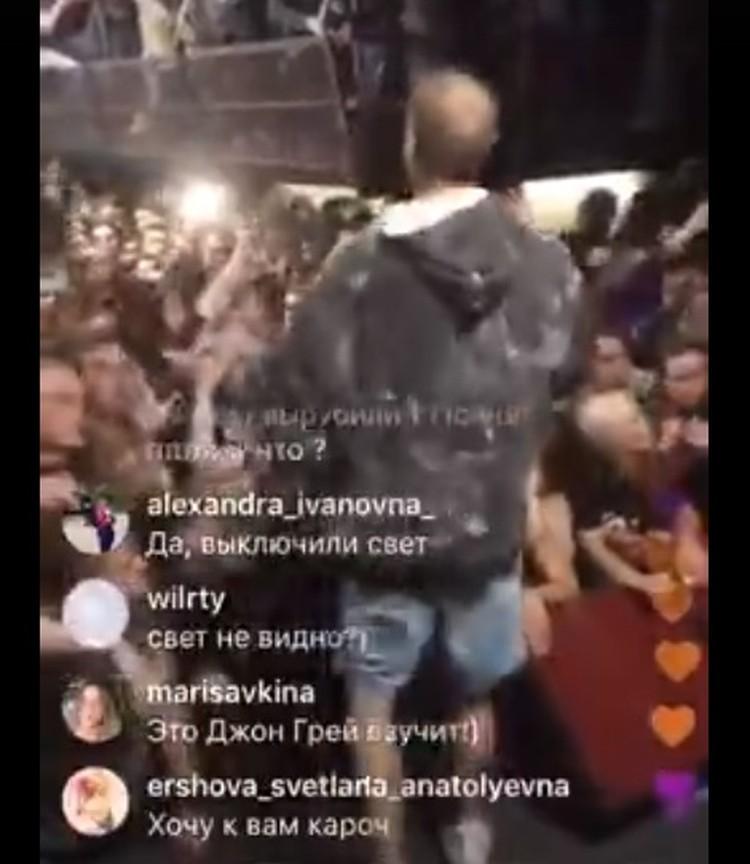 Хаски на сцене без микрофона. Стоп-кадр из видео-трансляции Андрея Орехова в Instagram.