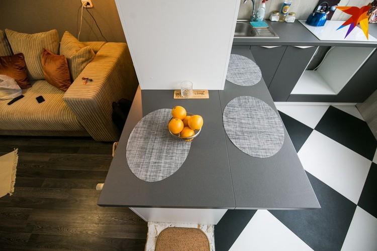 Бывший подоконник отлично трансформировался в кухонный стол, только пришлось немного «нарастить» столешницу.