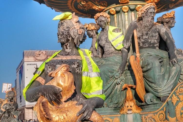 Символом и названием протеста стали жёлтые жилеты.