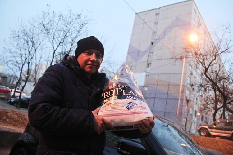 Радиоведущий «Комсомольской правды» - Приморье» Иван Егорхин лично передал корм Татьяне Атмановой