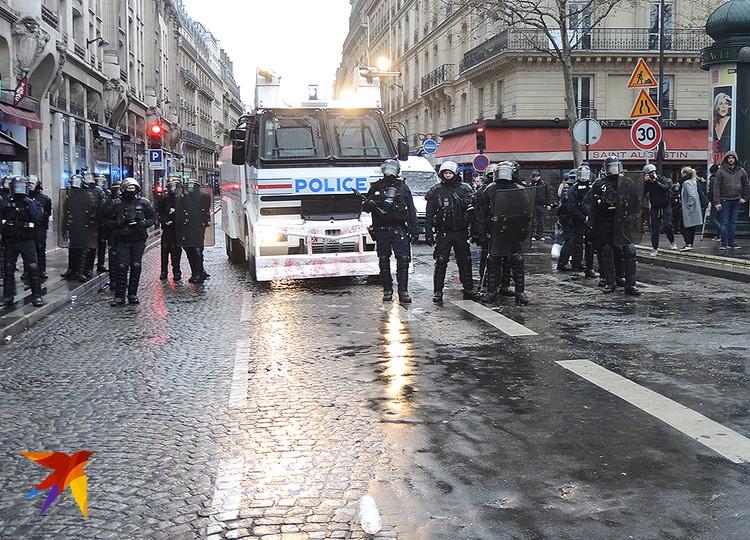 Полицейские готовы применить водометы для разгона митингующих.