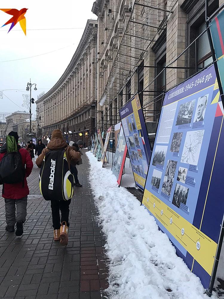 На Крещатике информ-стенды. Все про отношения Украины и Польши. Отдельный плакат посвящен бандеровцам