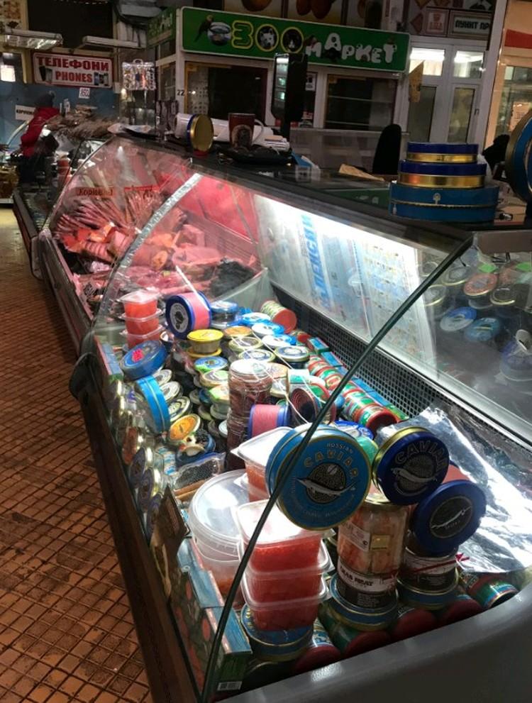 На Бесарабском рынке торговля идет вяло, на прилавках - икра и крабы.