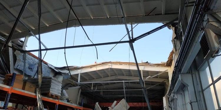 Разрушенная крыша здания.