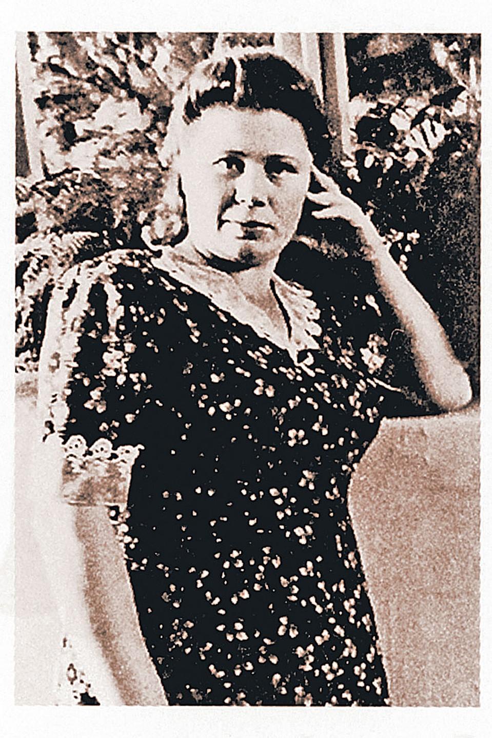 Валентина Истомина упала перед мертвым Сталиным на колени и зарыдала... Фото из книги.