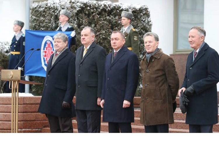 Участие в церемонии поднятия флага приняли действующий и бывшие главы белорусского Министерства иностранных дел. Фото: МИД.