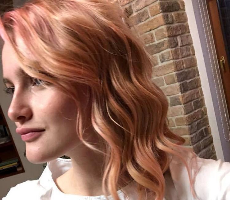 Десятиклассницу Зину Агишеву отстранили от занятий - из-за розового цвета волос.