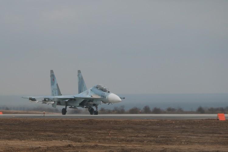 Скорость истребителя во время посадки - порядка 200 км/ч