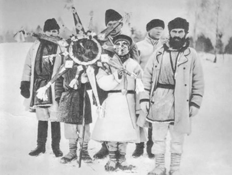 Колядовщики ходили от дома к дому в масках и со звездой – это один из самых древних белорусских обрядов.