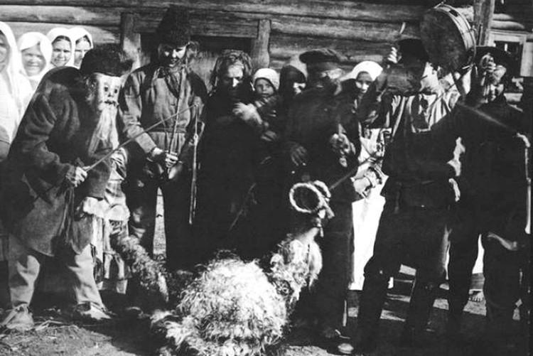 Так выглядело колядное обрядовое действо с козой на Бобруйщине в 1915 году. Фото: russianphoto.ru