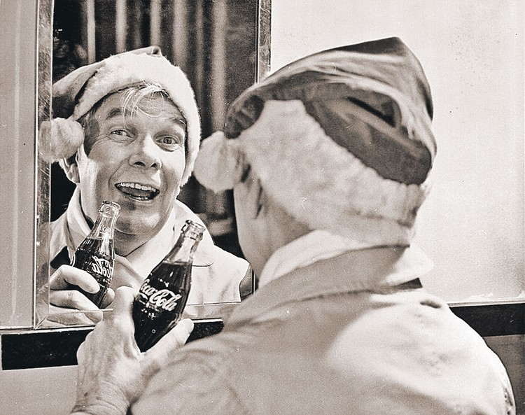 «Папа» образа Санты художник Сандблом перед зеркалом. Фото: coca-cola.com