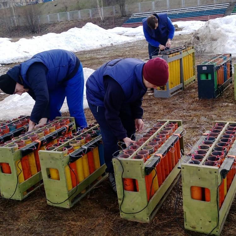 Пиротехники готовят снаряды к запуску.