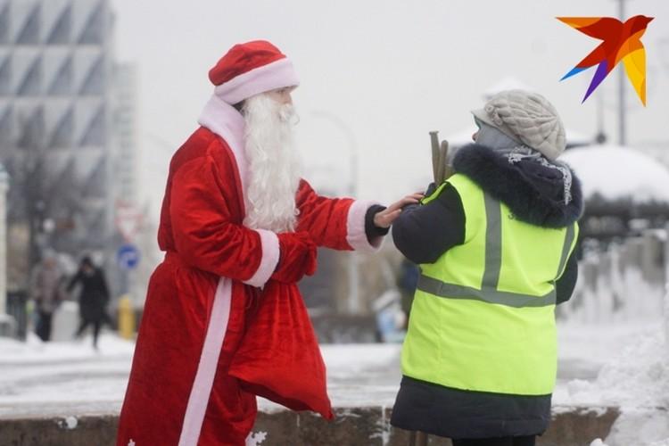 Дед Мороз не только детей удивляет.