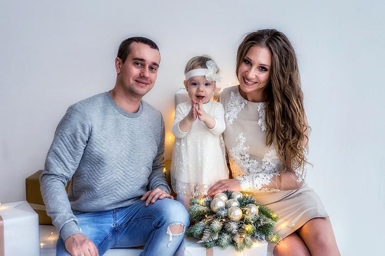 Анастасия и Игорь Крамаренко и дочка Милана 1, 5 года. Пропали под завалами. Жили на 9 этаже. Им по 31 году.