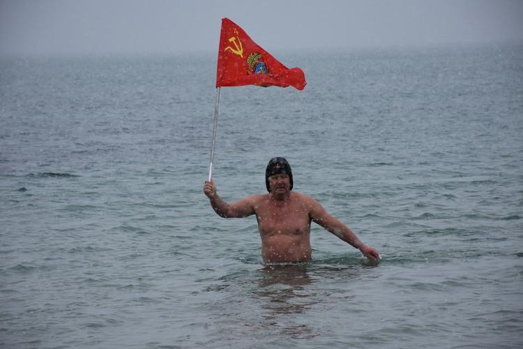 Некоторые любители зимнего плавания приносили с собой флаги
