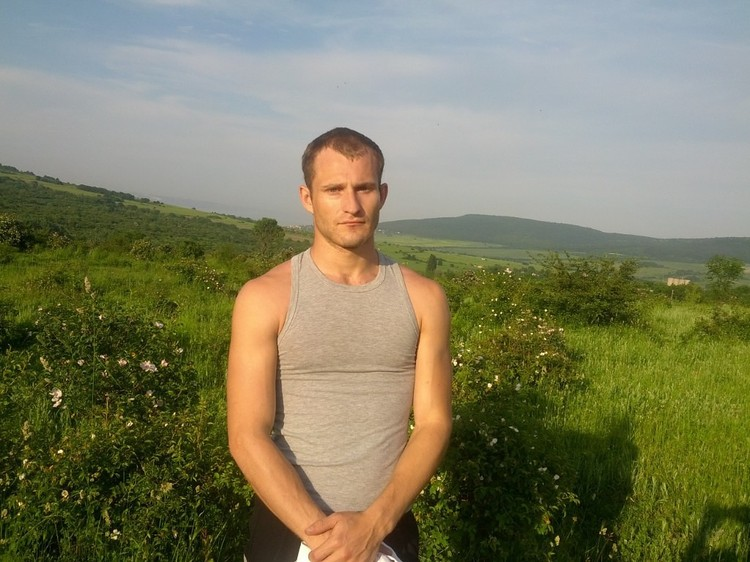 Илья хотел стать танцором балета, но проблемы со здоровьем разрушили его планы.