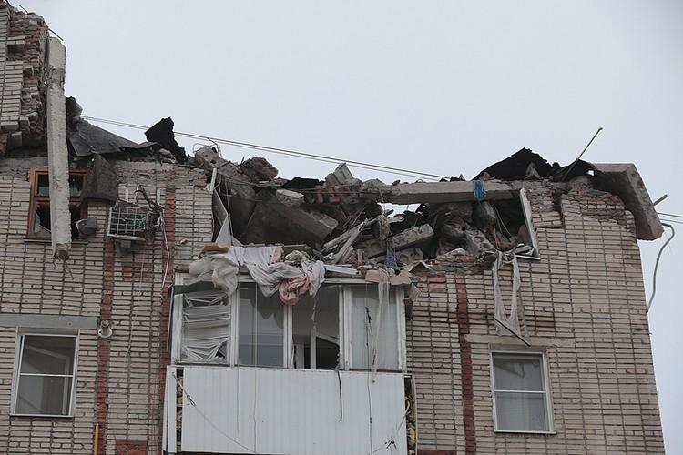 В результате взрыва 8 и 9 этаж с одного края дома сложились, как карточные.