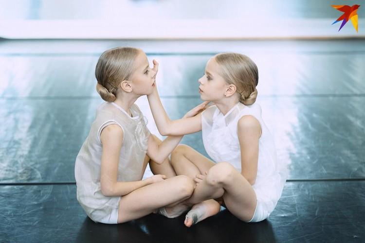 Внучки Кира и Влада, им по 9 лет, занимаются в модельном агентстве, выступают на подиуме, хорошо учатся. Фото: личный архив.
