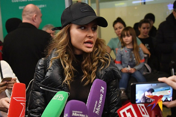 Жена Александра Кириллова (Алекса Лесли) общается с журналистами.