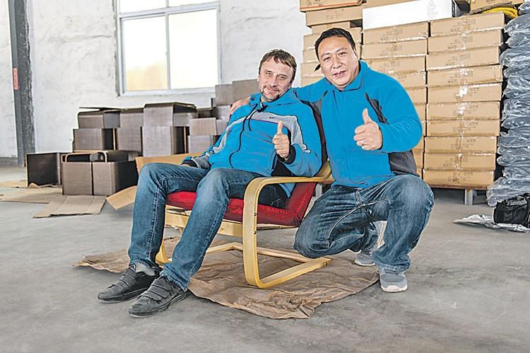 Вот оно! Кресло, сделанное из российской древесины. Мы отследили весь его путь от делянки в Сибири, через море, фабрику в Китае и до конечного пункта - офиса в... Москве.