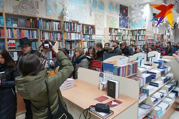 """Автограф-сессия """"Маіх дзевяностых"""" оказалась многолюдной. Фото: Юля ТИМОФЕЕВА"""