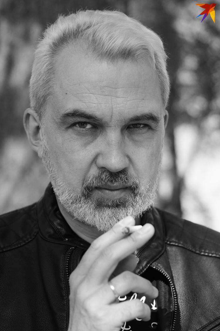 Бахаревич говорит, что всегда считал: писатель должен выглядеть не хуже рок-звезды. Фото: Юля ТИМОФЕЕВА