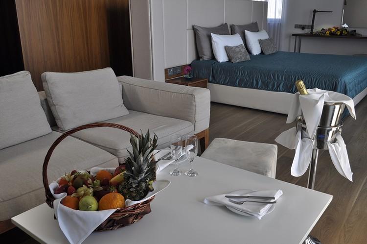 Апартаменты отеля Sun Hall Beach (Кипр, Ларнака). Отель находится на первой береговой линии, всего в 50 метрах от моря, с широкой песчаной пляжной полосой и удобным пологим заходом в море.