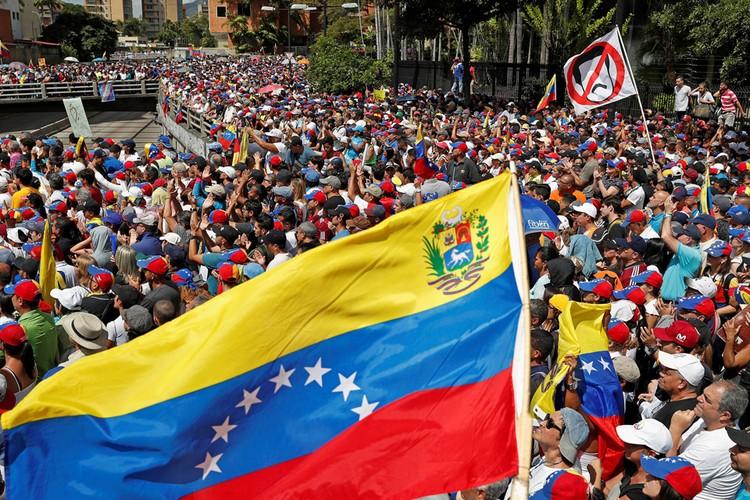 Митинг сторонников оппозиции в Каракасе.