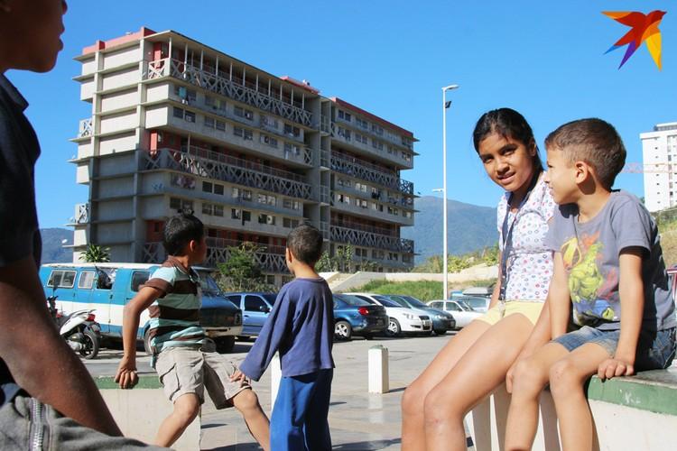 Дети в бедном районе Каракаса