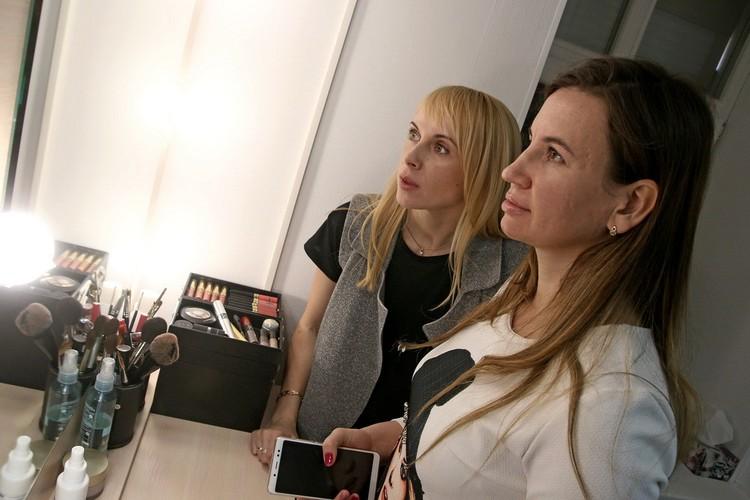 Над бровями участниц поработала мастер Людмила Панфилова (на фото слева).