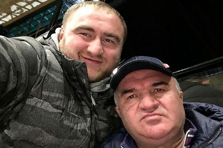 По карьерной лестнице сын поднимался благодаря деньгам отца. Благодаря им же и учился