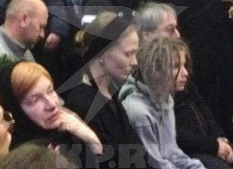 Самые близкие люди умершего музыканта (слева направо) мама Ирина Толмацкая, жена Юлия, сын Тони и отец Александр.