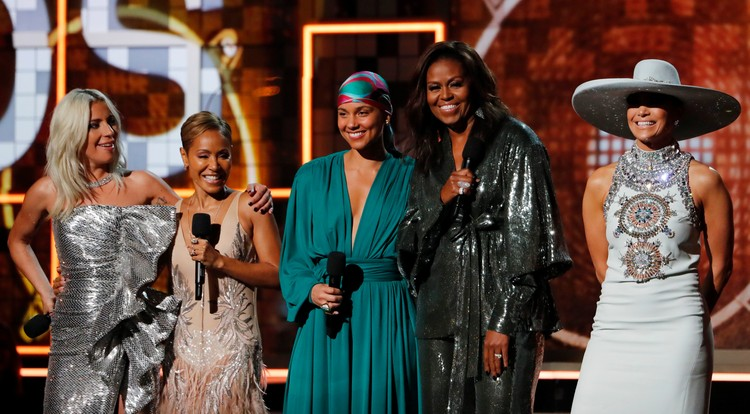 В разгар церемонии на сцене неожиданно появилась Мишель Обама – она вышла на сцену вслед за Леди Гагой и Дженнифер Лопес.