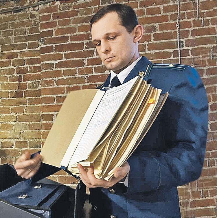 Прокурор Михаил Коростелев показывает оригинал уголовного дела по гибели туристов.