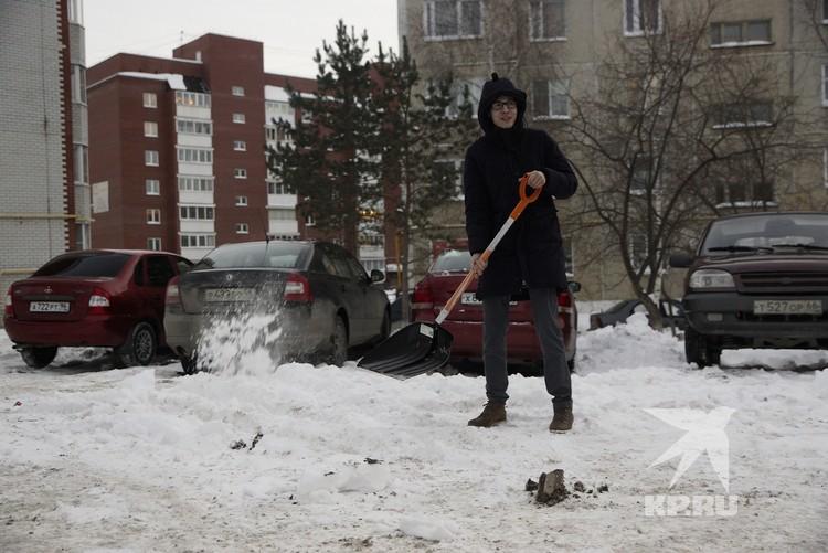 Сразу после суда, Рябухин немного разгреб снег на парковке и помог выехать журналистам