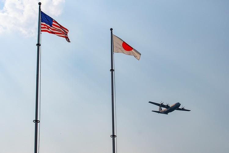 Военно-транспортный самолет США пролетает над американской авиабазой Йокота на западе Токио, Япония