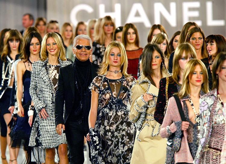 Карл Лагерфельд среди моделей на показе Chanel, 2003 год.