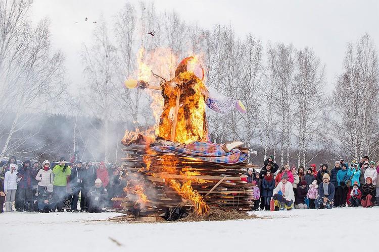 Чучело Масленицы торжественно сжигают в последний день праздничной недели.