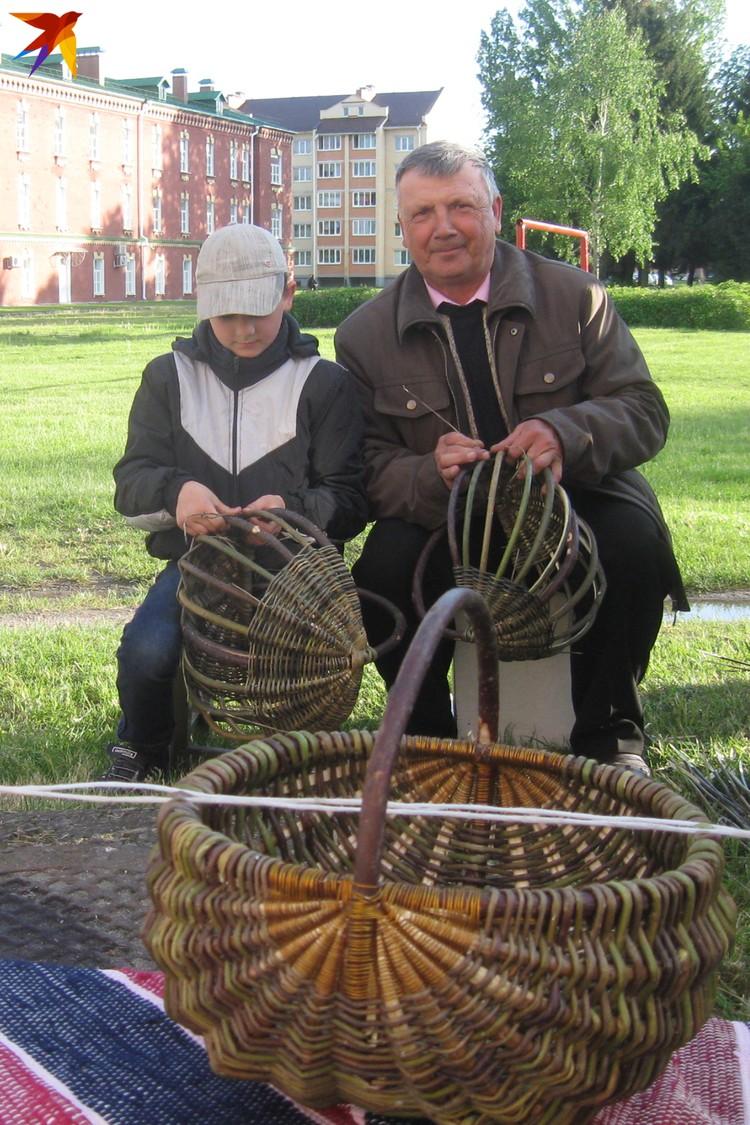 Традиция - это и обучение внуков мастерству, которым владеет старшее поколение. Фото: Татьяна КУХАРОНАК