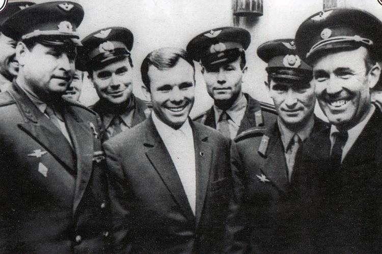 Юрий Гагарин с друзьями-однокашниками по училищу.