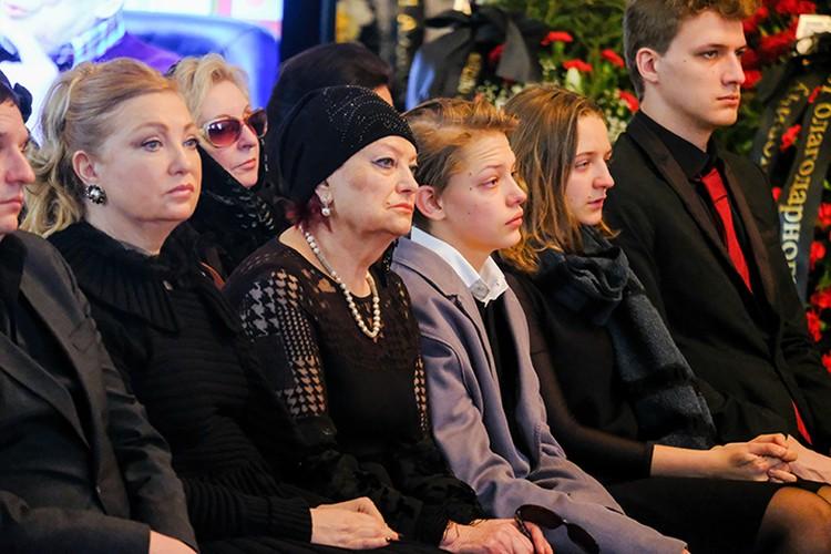 Соболезнования принимали родные Жореса Ивановича – жена Тамара, дочь Ольга и сын Иван.