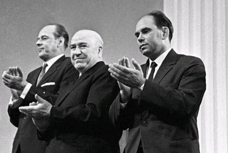 В 1964 году книге журналиста «Комсомольской правды» Василия Пескова «Шаги по росе» была присуждена Ленинская премия.