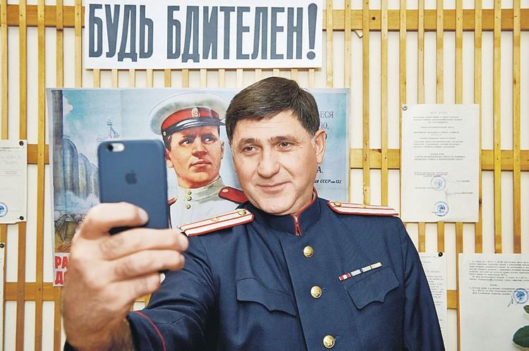 Нет, фантастики не будет - Сергей Пускепалис делал айфоном селфи в образе из 50-х только в перерывах. Фото: Первый канал