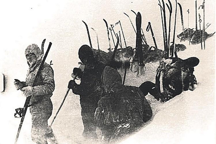 """Один из последних кадров, снятых """"дятловцами"""". Установка палаток в снегу."""