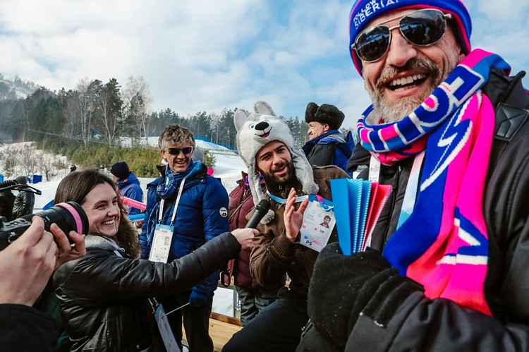 Воодушевленные спортивной атмосферой Фанпарка, блогеры дают «пятюню» волонтерам, раздают автографы желающим и интервью телеканалам – настоящие звезды. Фото: Follow Up Siberia