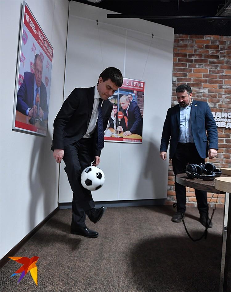 Михаил Котюков увлекается футболом. В редакции «КП» он не отказался почеканить (понабивать) мяч