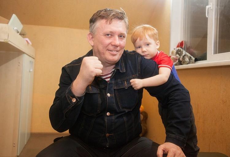 Ростислав теперь живет вдвоем с родным сыном Ростиком