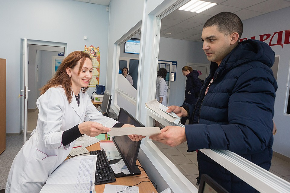 Регистратура в поликлинике Челябинска. Фото: Валерий ЗВОНАРЕВ
