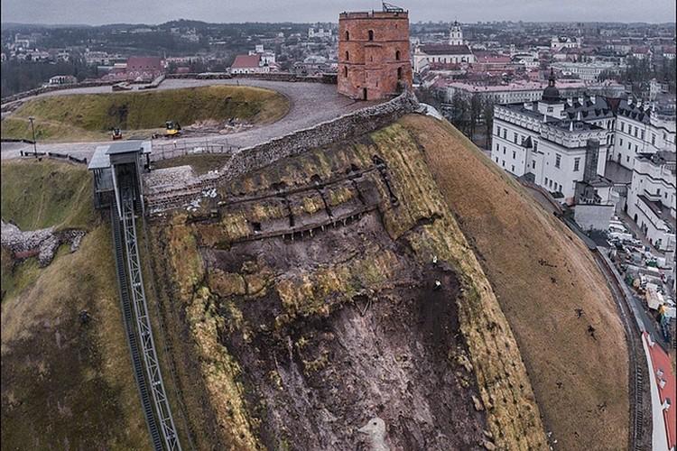 Во время работ по укреплению слоев грунта после оползня и археологических раскопок символ Вильнюса выглядел впечатляюще! Фото: VirsVisko.lt