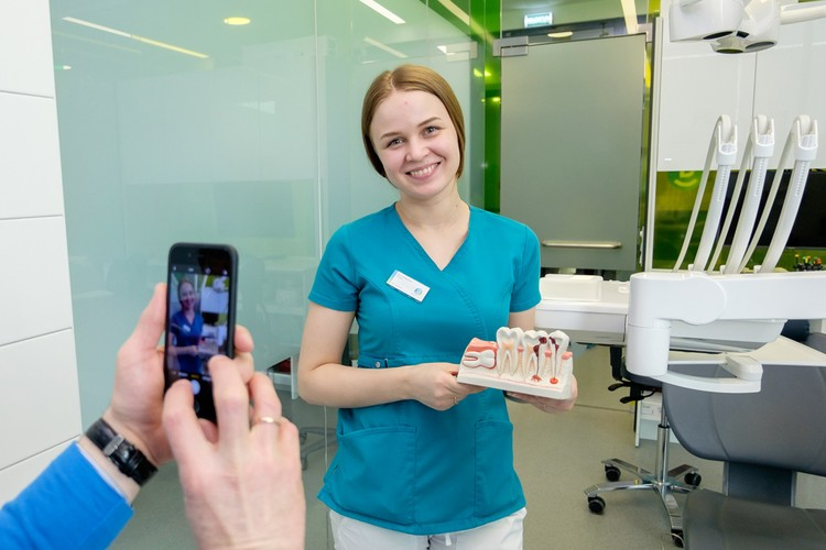 После курса врачи продолжают дарить красивые здоровые улыбки своим пациентам в родных отделениях сети.